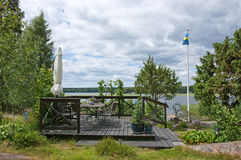 Area di disposizione dei posti a sedere con il parasole e la bandiera dello svedese Fotografia Stock Libera da Diritti