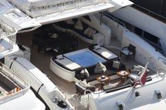Area di disposizione dei posti a sedere e della Jacuzzi su un yacht eccellente Fotografia Stock Libera da Diritti