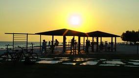Area di formazione di sport pubblico vicino alla spiaggia video d archivio