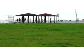Area di formazione di sport pubblico vicino alla spiaggia archivi video