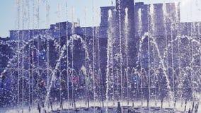 Area di giorno soleggiato con una fontana archivi video