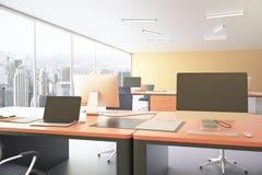 Area di lavoro arancio dell'ufficio Fotografie Stock Libere da Diritti