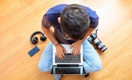 Area di lavoro a casa Equipaggi il lavoro con un computer portatile sul pavimento Vista superiore Fotografia Stock