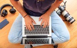 Area di lavoro a casa Equipaggi il lavoro con un computer portatile sul pavimento Vista superiore Fotografia Stock Libera da Diritti
