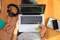 Area di lavoro a casa Studente che lavora con un computer portatile sul pavimento Fotografia Stock Libera da Diritti