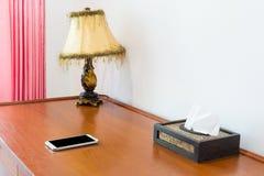 Area di lavoro con il telefono cellulare sulla tavola di legno Fotografie Stock Libere da Diritti