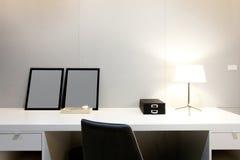 Area di lavoro con la lampada di scrittorio sulla casa Fotografia Stock