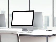 Area di lavoro con lo schermo di monitor in bianco rappresentazione 3d Fotografia Stock