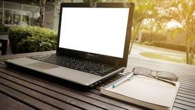 Area di lavoro concettuale, computer portatile con lo schermo in bianco Fotografia Stock