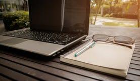 Area di lavoro concettuale, computer portatile con lo schermo in bianco Fotografie Stock