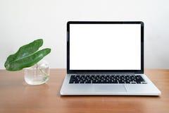 Area di lavoro concettuale, computer portatile con lo schermo bianco in bianco su fondo bianco fotografie stock libere da diritti