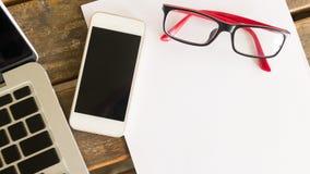 Area di lavoro creativa con lo spazio in bianco ed il telefono cellulare del Libro Bianco Immagini Stock