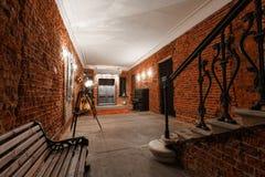 Area di lavoro creativa industriale moderna scala con i mura di mattoni strutturati al sottotetto della soffitta Fotografia Stock Libera da Diritti