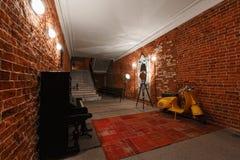 Area di lavoro creativa industriale moderna scala con i mura di mattoni strutturati al sottotetto della soffitta Fotografie Stock