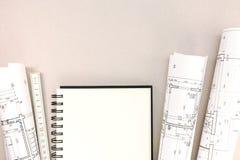 Area di lavoro degli architetti con la regola dei modelli, del blocco note e di piegatura Fotografie Stock Libere da Diritti