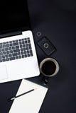 Area di lavoro dello scrittorio dell'uomo d'affari con la tastiera, il caffè e la nota del computer portatile Fotografie Stock Libere da Diritti