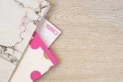 Area di lavoro indipendente di femminilità di modo nella cartella di marmo posta piana di stile, taccuino, cancelleria al neon ro immagine stock