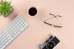 Area di lavoro minima con l'attrezzatura di tecnologia sul backg di rosa pastello fotografie stock libere da diritti