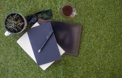 Area di lavoro di rilassamento sull'erba fotografia stock libera da diritti