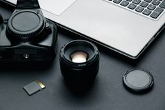Area di lavoro sulla tavola nera del fotografo fotografie stock libere da diritti