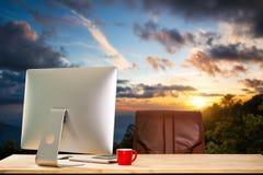 Area di lavoro di vista frontale con il computer, fotografia stock