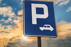 Area di parcheggio del segnale stradale o fermata di resto Immagini Stock