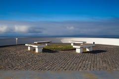 Area di picnic sulla scogliera sopra il mare, Terceira Immagine Stock