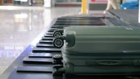 Area di reclamo di bagaglio del terminale con bagagli, dentro l'aeroporto che fila intorno trasportatore 3840x2160 stock footage