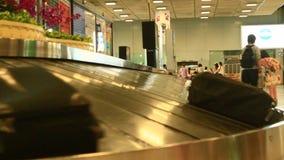 Area di reclamo di bagaglio all'aeroporto video d archivio