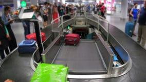 area di reclamo di bagaglio del terminale, aeroporto interno archivi video