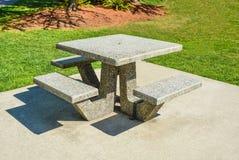 Area di ricreazione con le tavole di picnic su prato inglese verde in un parco fotografia stock
