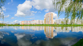 Area di ricreazione moderna con la cascata dei laghi, Homiel', Bielorussia fotografia stock libera da diritti