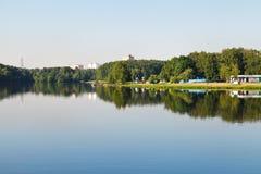 Area di ricreazione sulla spiaggia del lago in città Fotografia Stock
