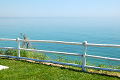 Area di vista del mare con il recinto di legno all'albergo di lusso moderno Immagini Stock