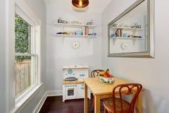 Area dinning modernizzata con l'interno luminoso Fotografia Stock Libera da Diritti