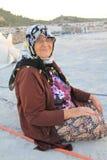 Area egea - donne anziane del paesano che si siedono al mulino di vento Fotografia Stock