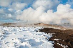 Area geotermica attiva Gunnuhver all'inverno, penisola di Reykjanes, Islanda Immagini Stock Libere da Diritti