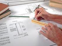 Area lavoro, strumenti e cianografie dell'architetto Immagine Stock
