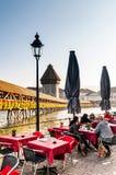 Area pranzante del lato del lago con il ponte della cappella in Lucerna, Swizerland fotografia stock libera da diritti