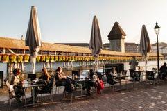 Area pranzante del lato del lago con il ponte della cappella in Lucerna, Swizerland immagini stock