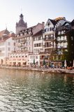 Area pranzante del lato del lago e torre di orologio di Tte del ¼ di Kornschà in Lucerna, Swizerland immagini stock libere da diritti