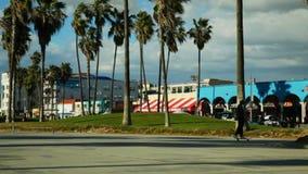 Area ricreativa della spiaggia di Venezia che guarda verso la passeggiata del bordo archivi video