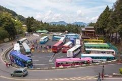 Area scenica nazionale di Alishan, Taiwan - 18 aprile 2015: Passaggio del bus Fotografie Stock