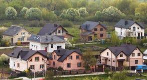 Area suburbana residenziale calma Via con il nuovo comforta moderno Immagine Stock Libera da Diritti