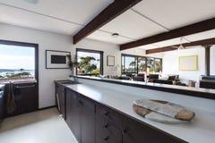 Area vivente della più vecchia cucina di styl nella retro casa di spiaggia 70s Fotografia Stock