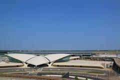 Areal sikt av den historiska TWA-flygmitten och JetBlue terminalen 5 på John F Kennedy International Airport Arkivbilder