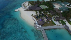 Areal sikt av den Maldiverna semesterorten Arkivbild