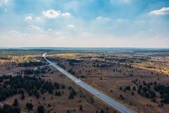 Areal widok pola, asfaltowa autostrady droga, panoramiczny natura krajobraz w wsi i ziemia uprawna, obrazy royalty free