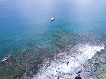 Areal widoku oceanu błękitny jacht z rafą koralowa Fotografia Stock