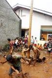 Areca φυλή δέντρο-αναρρίχησης για να τιμήσει την μνήμη της ημέρας της ανεξαρτησίας της Ινδονησίας Στοκ Εικόνες